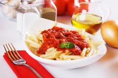 Italiaanse macaronideegwaren met tomatensaus Stock Fotografie