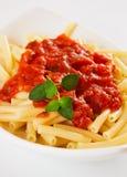 Italiaanse macaronideegwaren met tomatensaus Stock Foto's