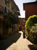 Italiaanse manor op een afgrond die in meer Como uitpuilen royalty-vrije stock fotografie