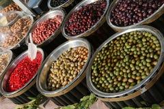 Italiaanse marktkraam met olijven en Spaanse pepers voor verkoop Royalty-vrije Stock Fotografie