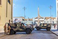 Italiaanse militairen en gepantserde voorhoedevoertuigen op wacht in Piazza del Popolo stock foto's