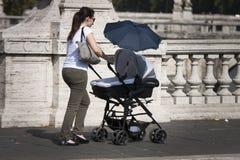 Italiaanse moeder en baby in een kinderwagen Stock Foto