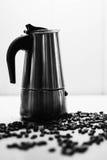 Italiaanse mokakoffiezetapparaat en koffiebonen Zwarte en whit Stock Foto's