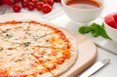 Italiaanse originele dunne korstpizza Stock Fotografie