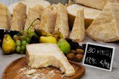 Italiaanse parmezaankaas op een marktkraam Stock Afbeelding