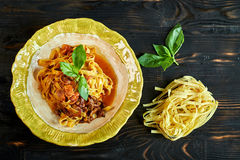 Italiaanse pennedeegwaren met tomaten en pesto in een restaurant jpg royalty-vrije stock fotografie