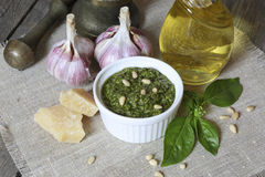 Italiaanse pestosaus en ingrediënten Stock Fotografie