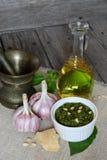 Italiaanse pestosaus en ingrediënten Royalty-vrije Stock Foto