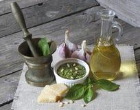 Italiaanse pestosaus en ingrediënten Royalty-vrije Stock Fotografie