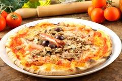Italiaanse Pizza Capricciosa stock fotografie