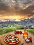 Italiaanse pizza in Chianti, wijngaardlandschap in Italië Stock Fotografie