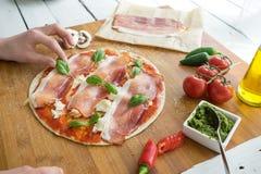 Italiaanse pizza die handen hierboven maken van stock foto's