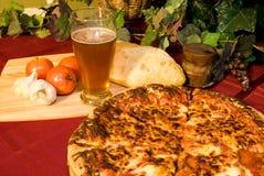 Italiaanse pizza en koud bier Stock Afbeelding