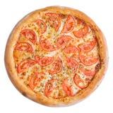 Italiaanse pizza, hoogste die mening, op witte geïsoleerde achtergrond wordt geïsoleerd Stock Foto