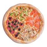 Italiaanse pizza, hoogste die mening, op witte geïsoleerde achtergrond wordt geïsoleerd Stock Afbeeldingen