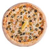 Italiaanse pizza, hoogste die mening, op witte geïsoleerde achtergrond wordt geïsoleerd Stock Afbeelding