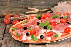 Italiaanse pizza met ham en mozarellakaas Stock Afbeeldingen