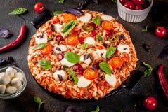 Italiaanse pizza met ingrediënten royalty-vrije stock foto's