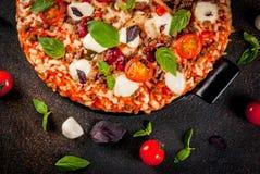 Italiaanse pizza met ingrediënten stock foto's