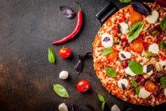 Italiaanse pizza met ingrediënten stock afbeeldingen