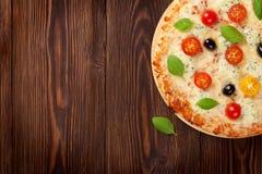 Italiaanse pizza met kaas, tomaten en basilicum Stock Foto's