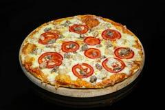 Italiaanse pizza met kippenvlees stock foto's