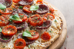 Italiaanse pizza met salami en tomaten, close-up Royalty-vrije Stock Afbeelding
