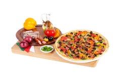Italiaanse pizza met worst, rundvlees, slabonen, kaas Stock Fotografie