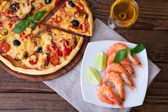 Italiaanse pizza met zeevruchten Hoogste mening Royalty-vrije Stock Afbeelding