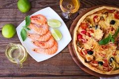 Italiaanse pizza met zeevruchten Hoogste mening Royalty-vrije Stock Foto's