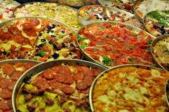 Italiaanse pizza in ronde dienbladen Royalty-vrije Stock Afbeelding