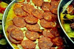 Italiaanse pizza in ronde dienbladen Stock Fotografie