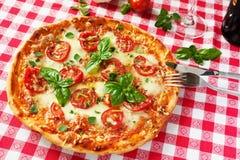 Italiaanse pizzamargherita Royalty-vrije Stock Afbeeldingen