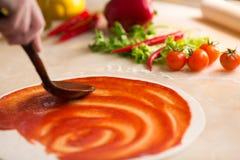 Italiaanse pizzavoorbereiding Stock Afbeelding