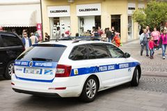 Italiaanse politieagentenmensen die cop auto in Merano, Italië drijven royalty-vrije stock afbeelding