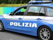 Italiaanse politiewagen met grote geschreven POLIZIA met blauwe sirenes Royalty-vrije Stock Afbeeldingen