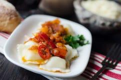 Italiaanse ravioli in roodgloeiende saus Royalty-vrije Stock Foto