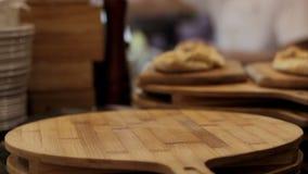 Italiaanse restaurantkeuken, gebakken knoflookbrood klaar te dienen stock footage