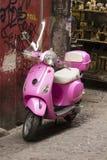 Italiaanse roze vespaautoped openlucht Stock Afbeeldingen