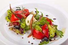 Italiaanse salade met groenten, kruiden, gerookte vlees en ricotta Stock Foto's