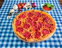 Italiaanse salami en kaaspizza royalty-vrije stock fotografie