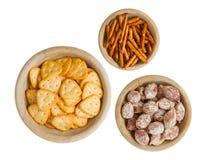 Italiaanse salami en typische Nederlandse zoute snacks Royalty-vrije Stock Foto