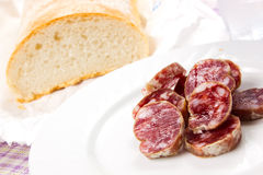 Italiaanse salami met brood Stock Foto