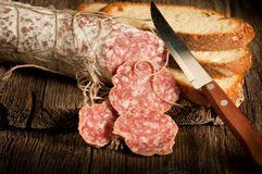 Italiaanse salami met plakbrood stock fotografie