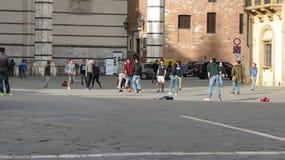 Italiaanse schooljongens die voetbal in stedelijke context spelen Royalty-vrije Stock Afbeelding