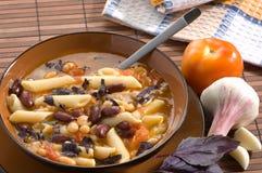 Italiaanse soep met bonen en macaroni royalty-vrije stock foto's