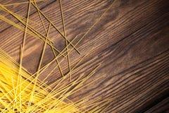 Italiaanse spaghetti op houten achtergrond royalty-vrije stock afbeelding