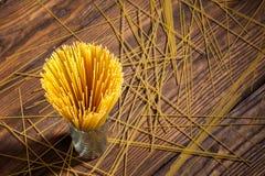 Italiaanse spaghetti op houten achtergrond stock fotografie