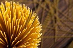 Italiaanse spaghetti op houten achtergrond stock afbeeldingen