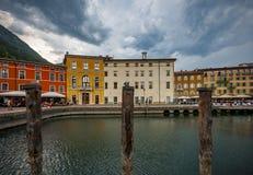 Italiaanse stad Riva del Garda Stock Foto's